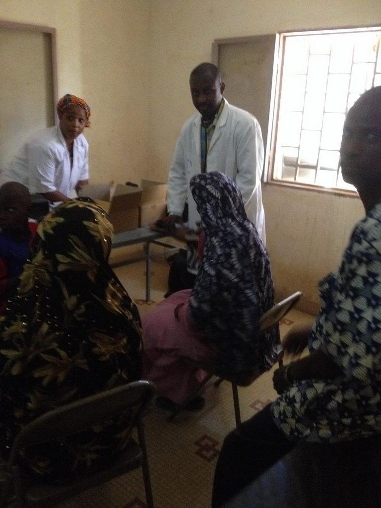 140214 Medizinische Betreuung von Bauernfamilien durch professionellen Artzt.jpg