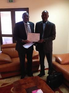 Aguibou Sall (rechts) erhält das Diplom zur erfolgreich bestandenen Weiter-bildung vom Vertreter der UEMOA.