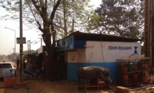 Dank einer Spende konnte der Verkaufskiosk von DJOM KOSSAM nach 8 Jahren neu gestrichen werden.