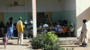 Bauern und ihre Famili-enangehörige warten auf den Untersuch durch professionelle Ärzte.